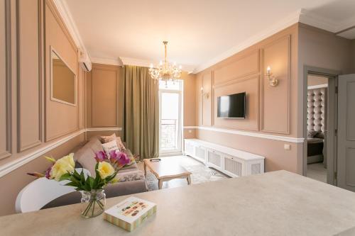 Телевизор и/или развлекательный центр в Royal Arcadia Apartment