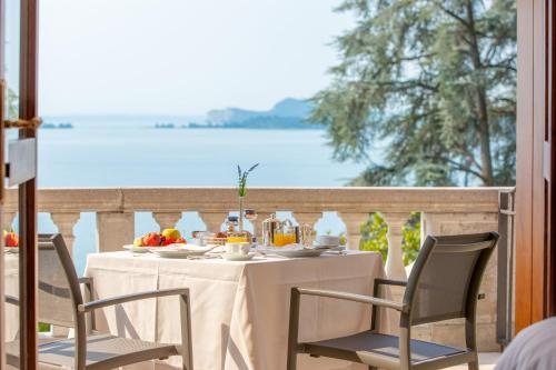 A restaurant or other place to eat at Hotel Villa Del Sogno