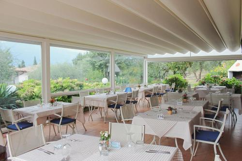 A restaurant or other place to eat at Hotel Villa Tiziana