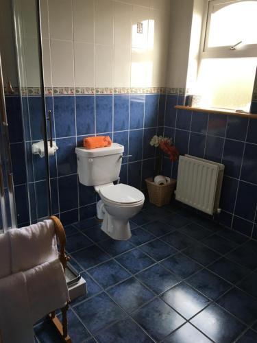 A bathroom at Heeneys Lodge B&B