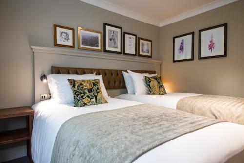 A bed or beds in a room at Innkeeper's Lodge Huddersfield, Kirkburton