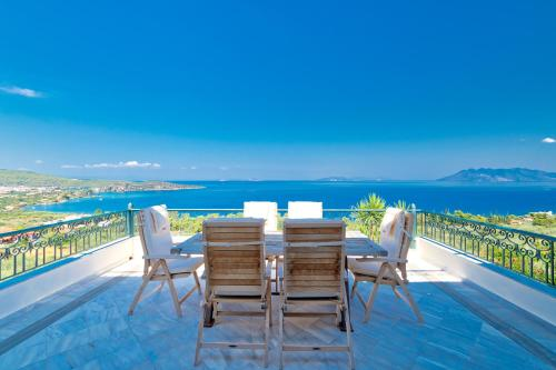 A balcony or terrace at Villa Bamour With Paradise View