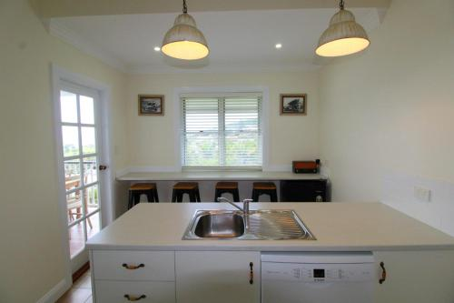 A kitchen or kitchenette at Crescent Haven, 2A View Street,