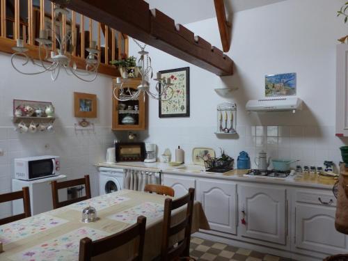 A restaurant or other place to eat at La Fermette de Jericho