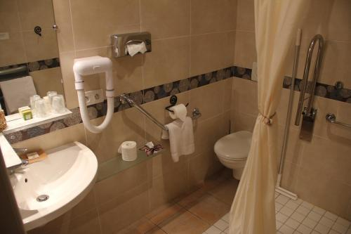 A bathroom at Hotel L'Amphitryon