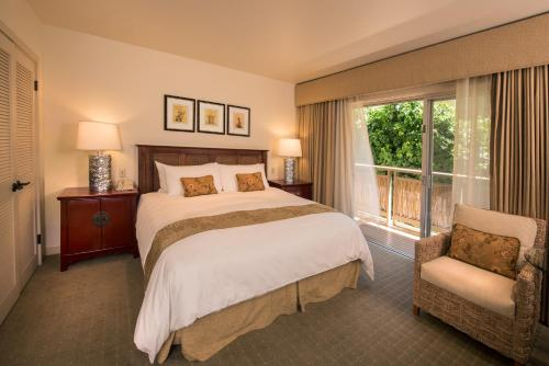 A bed or beds in a room at Tradewinds Carmel