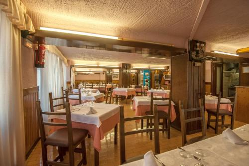 A restaurant or other place to eat at Hostal Restaurante El Castillo