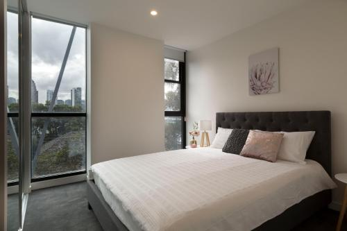 A bed or beds in a room at Brand new apt at the heart of South Melbourne