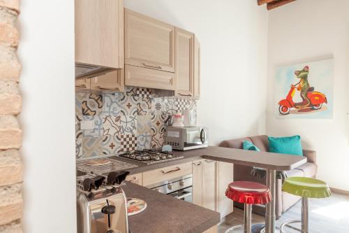 A kitchen or kitchenette at Domus Trilussa