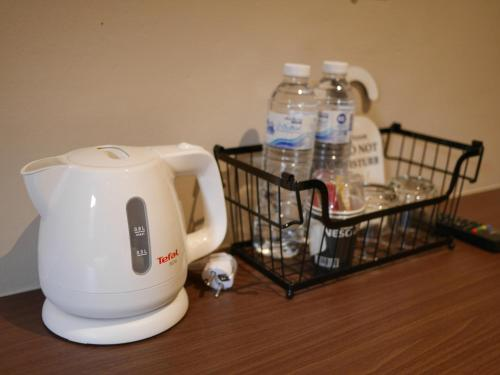 Utensilios para hacer té y café en Let's Zzz Bangkok