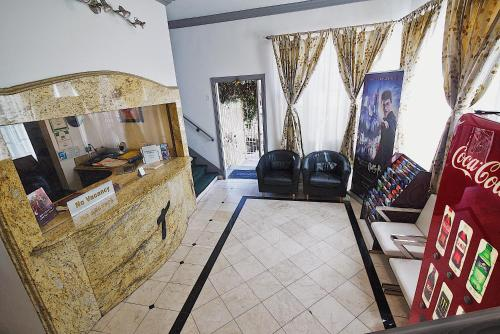 Ein Sitzbereich in der Unterkunft Trylon Hotel - Hollywood