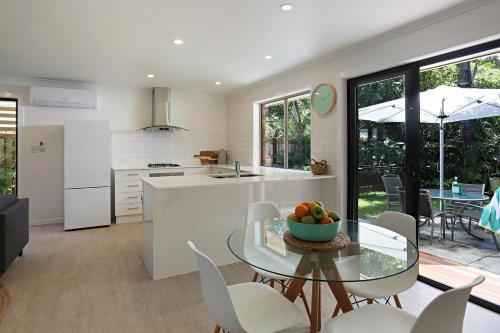 A kitchen or kitchenette at Jimmy's Shout - Pet Friendly