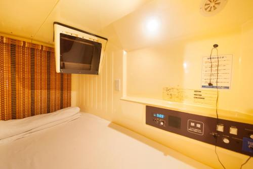 A television and/or entertainment center at Ueno Station Hostel Oriental Ⅱ(Men Only)
