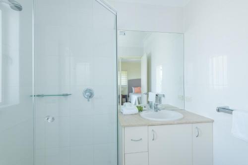 A bathroom at Colonial Resort Noosa