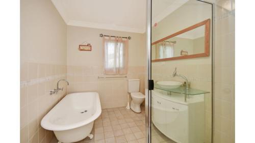 A bathroom at Birdsong
