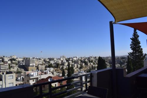 Een balkon of terras bij Shams Alweibdeh Hotel Apartments