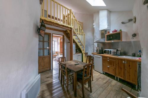 A kitchen or kitchenette at La maison d'Angèle