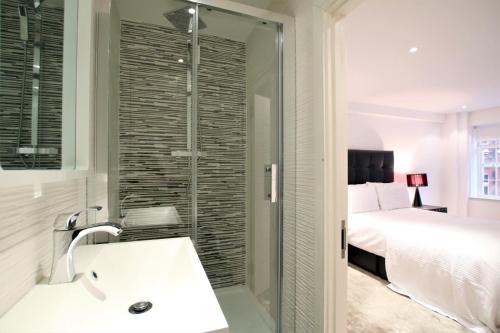A bathroom at Knightsbridge Prestige Apartment
