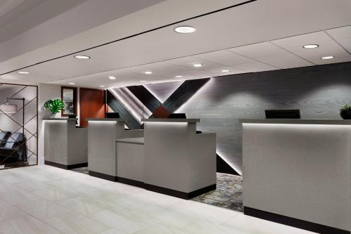 The lobby or reception area at Des Moines Marriott Downtown
