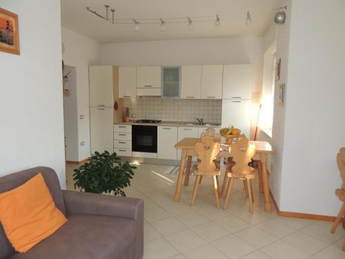 A kitchen or kitchenette at Appartamenti Casa Prandel