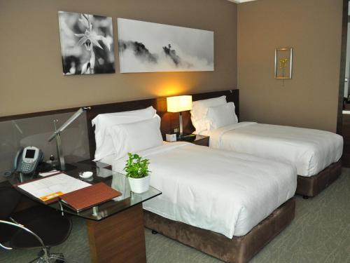 سرير أو أسرّة في غرفة في فندق جي تاور