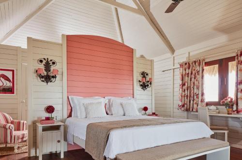 A bed or beds in a room at Baía das Caraúbas