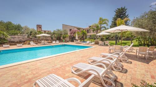 Het zwembad bij of vlak bij Case Di Latomie