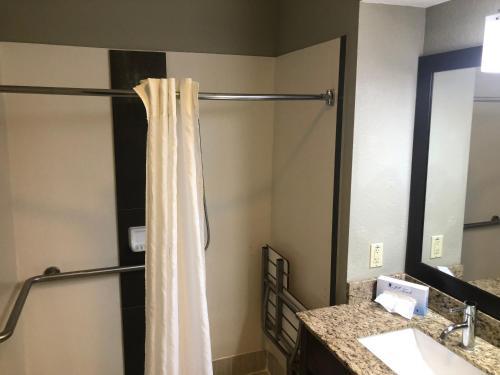 Um banheiro em Best Western Airport Inn & Suites