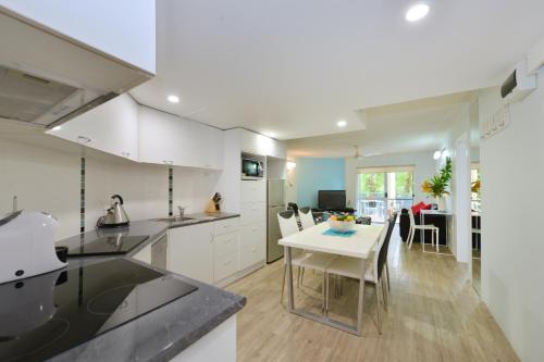 A kitchen or kitchenette at Marina Terrances U4