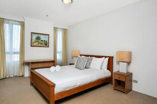 A bed or beds in a room at Apartment Alfred St (South) ALF49