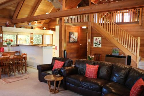 The lounge or bar area at Silverpoint Accommodation