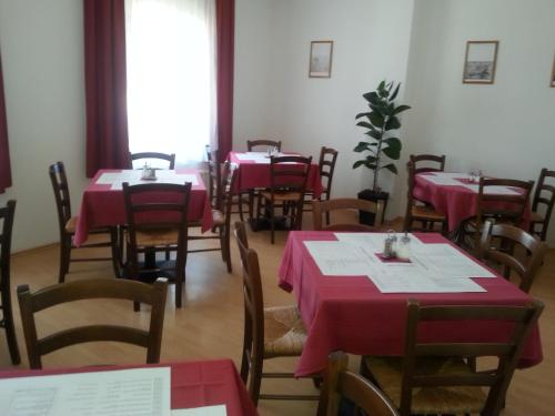 A restaurant or other place to eat at Picobello Pension