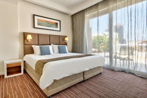 Een bed of bedden in een kamer bij The George, Urban Boutique Hotel
