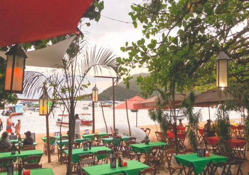 A restaurant or other place to eat at Lonier Praia Inn Flats