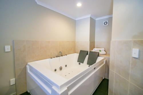 A bathroom at Aotea Motor Lodge