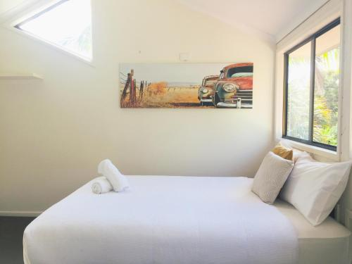 A bed or beds in a room at Lakeside Beach House - Hostie Properties