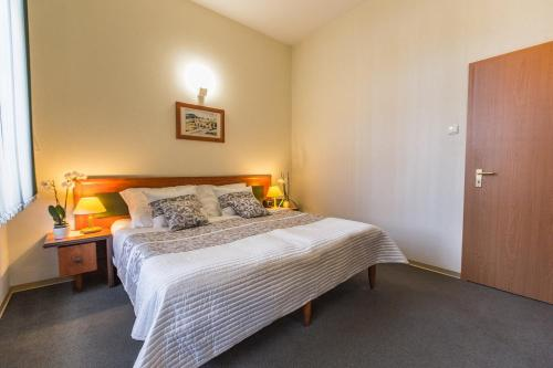Łóżko lub łóżka w pokoju w obiekcie Hotel Rycerski