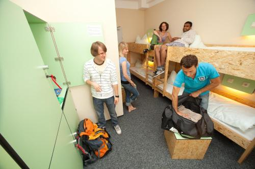 A family staying at Pathpoint Cologne - Backpacker Hostel