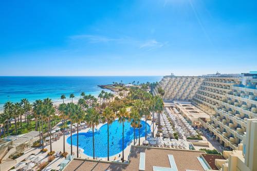 Uitzicht op het zwembad bij Hipotels Mediterraneo Hotel - Adults Only of in de buurt