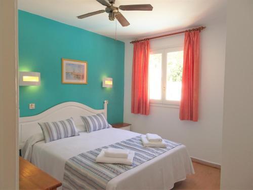 Ein Bett oder Betten in einem Zimmer der Unterkunft Apartamentos Alta Galdana