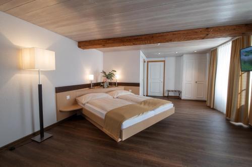 Ein Bett oder Betten in einem Zimmer der Unterkunft Hotel zum goldenen Kreuz