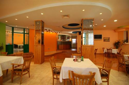 A restaurant or other place to eat at Hotel Zamak Inter