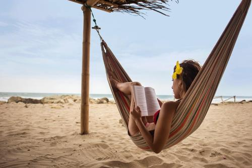 En strand ved eller i nærheten av hotellet