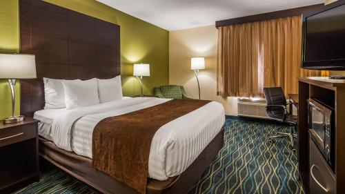 A bed or beds in a room at Best Western Oglesby Inn