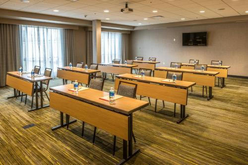 A restaurant or other place to eat at Courtyard by Marriott Somerset