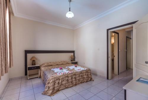 Een bed of bedden in een kamer bij Helios Hotel