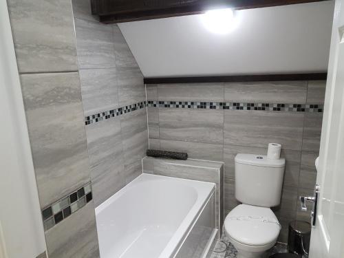 A bathroom at The Glebe Hotel