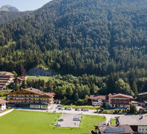 Blick auf Hotel Huber Hochland aus der Vogelperspektive