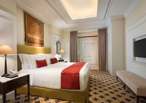 A bed or beds in a room at The Hermitage, A Tribute Portfolio Hotel, Jakarta