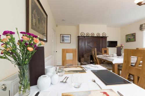 A restaurant or other place to eat at Whitethorn Bed and Breakfast